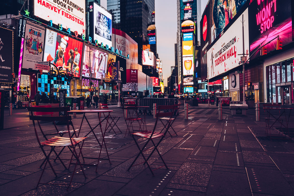 refuse to hibernate new york chaises rouges times square