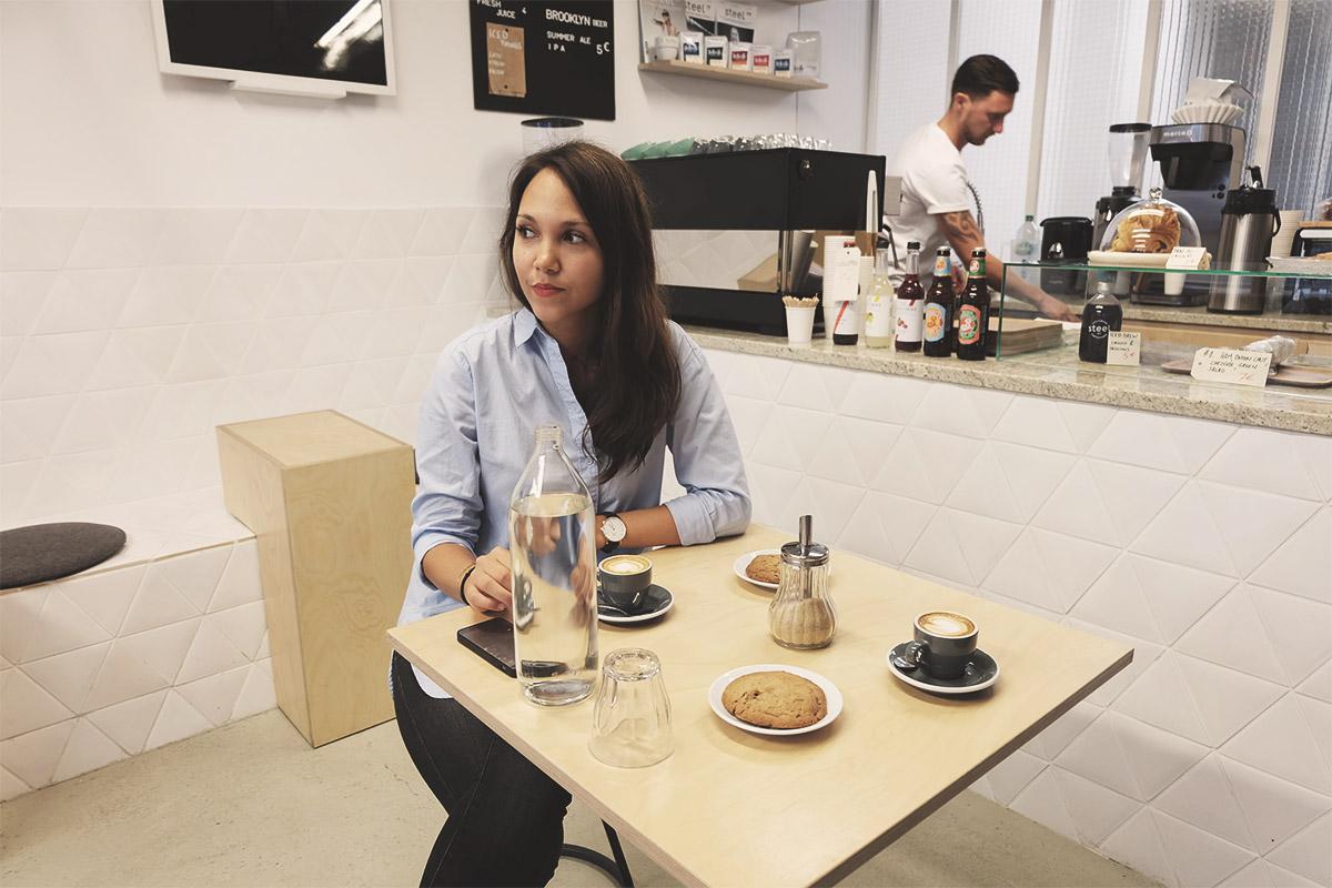 Steel Cyclewear & Coffeshop Laureen à table au café Refuse to hibernate