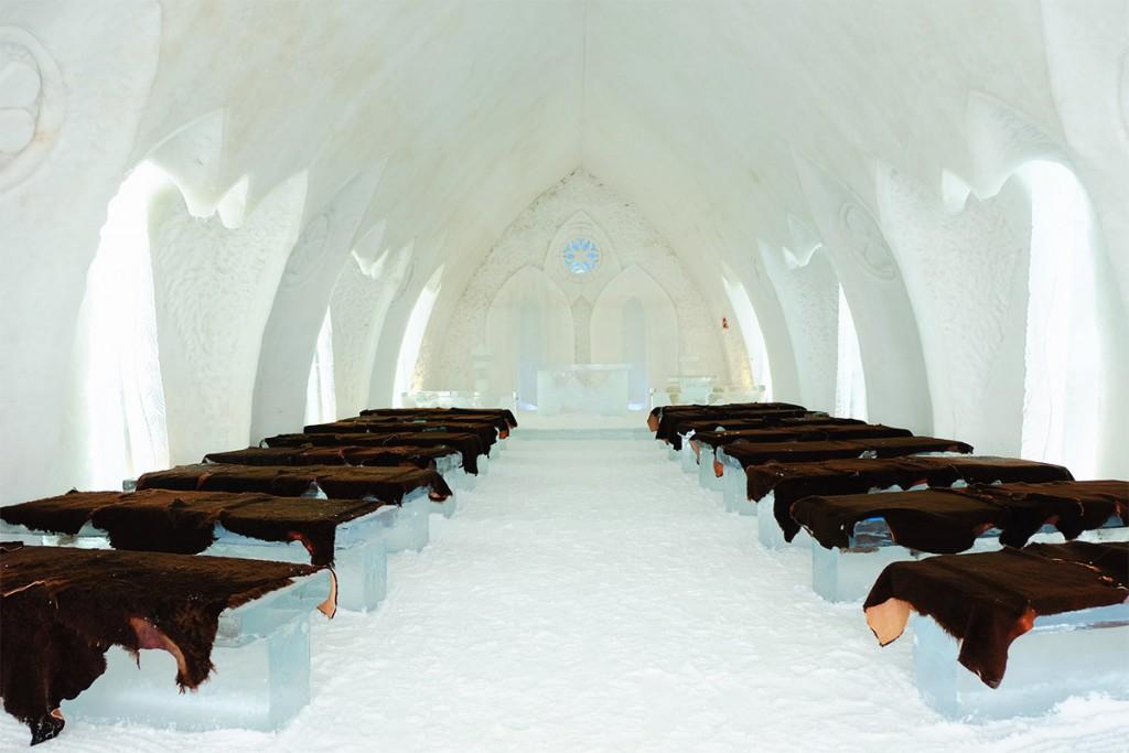 Refuse to hibernate Québec Hôtel de Glace intérieur de la chapelle