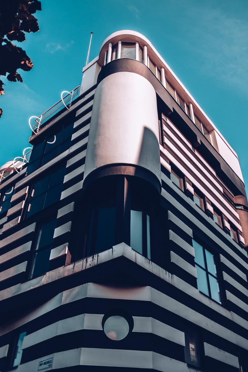 Refuse to hibernate Anvers immeuble noir et blanc