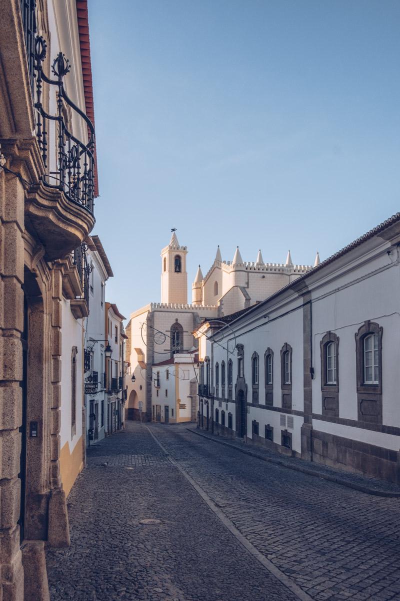 Refuse to hibernate Évora église de Sao Francisco ruelle