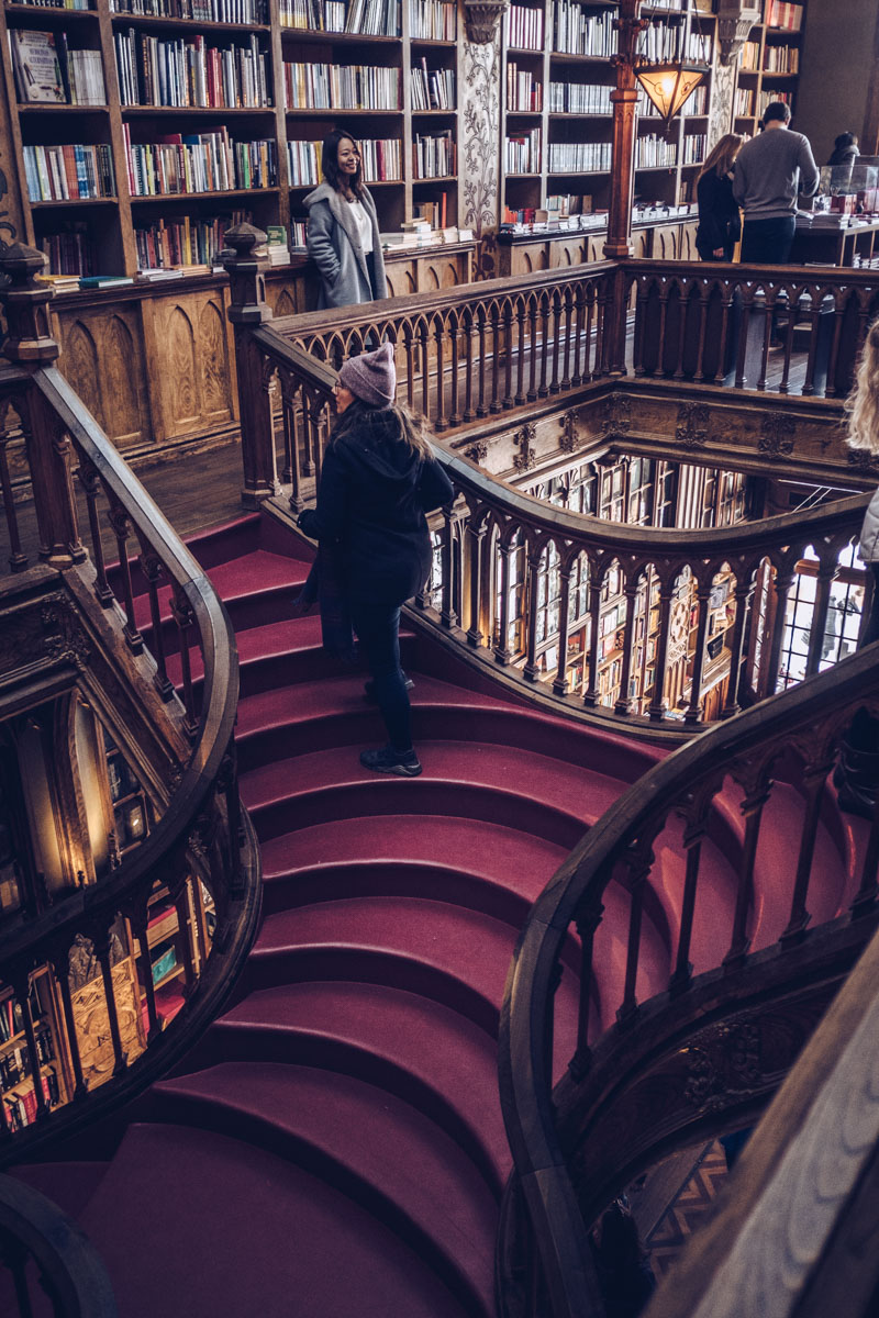 Refuse to hibernate Porto librairie Lello Audrey dans escalier