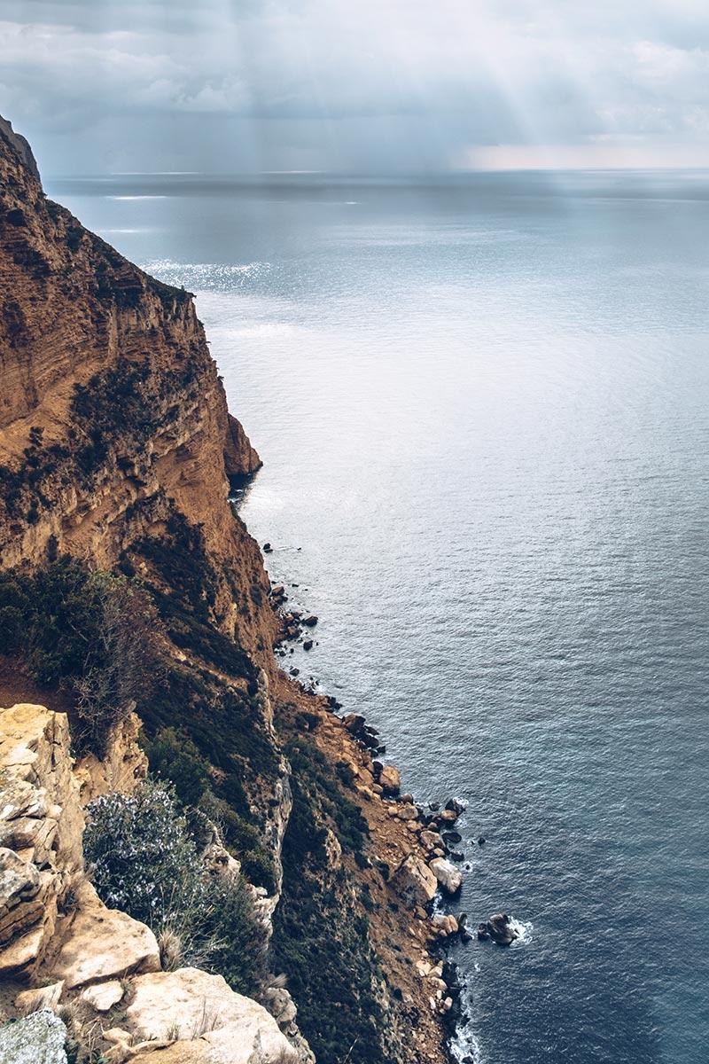 Refuse to hibernate Marseille route des Crêtes falaise
