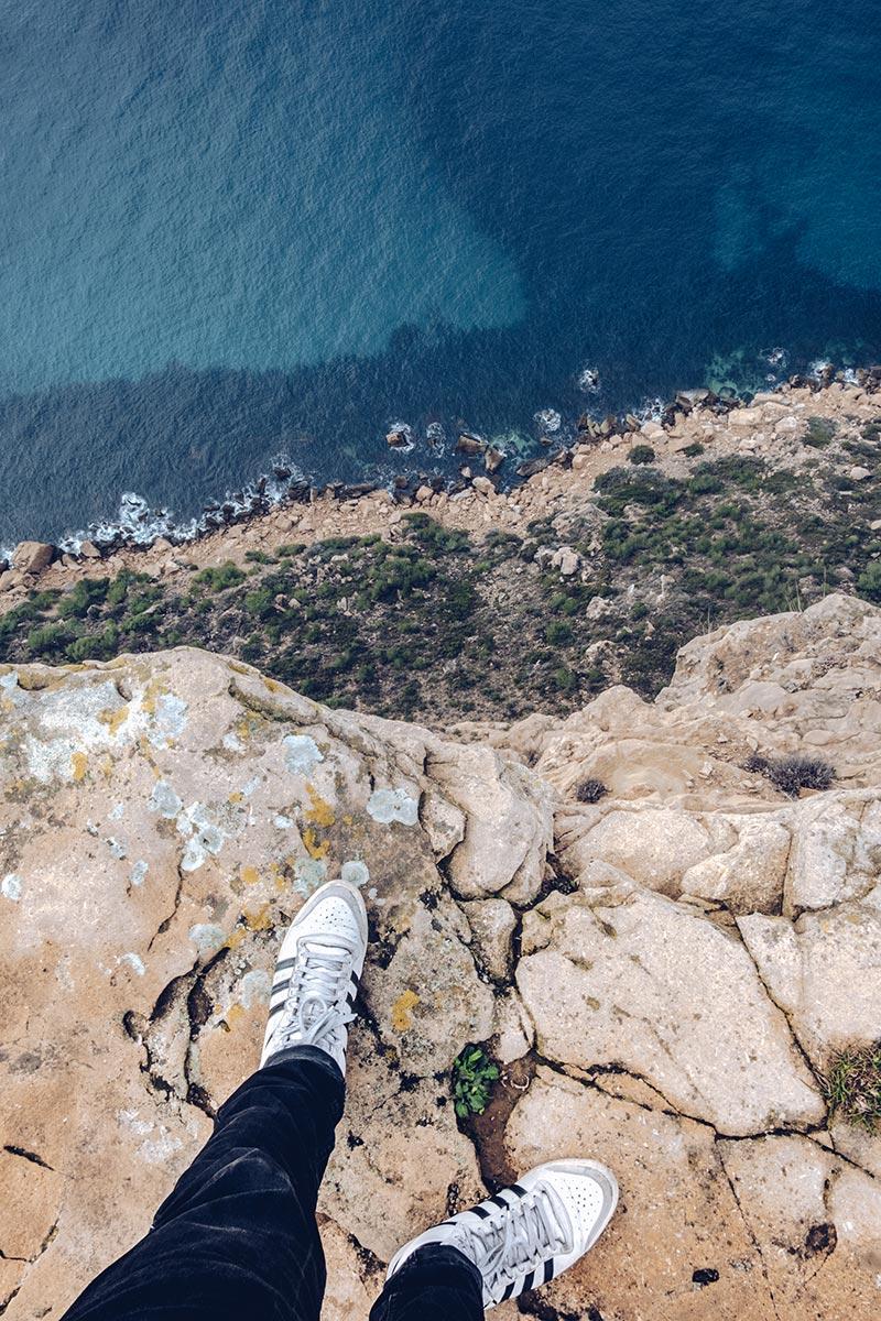 Refuse to hibernate Marseille route des Crêtes falaise mer