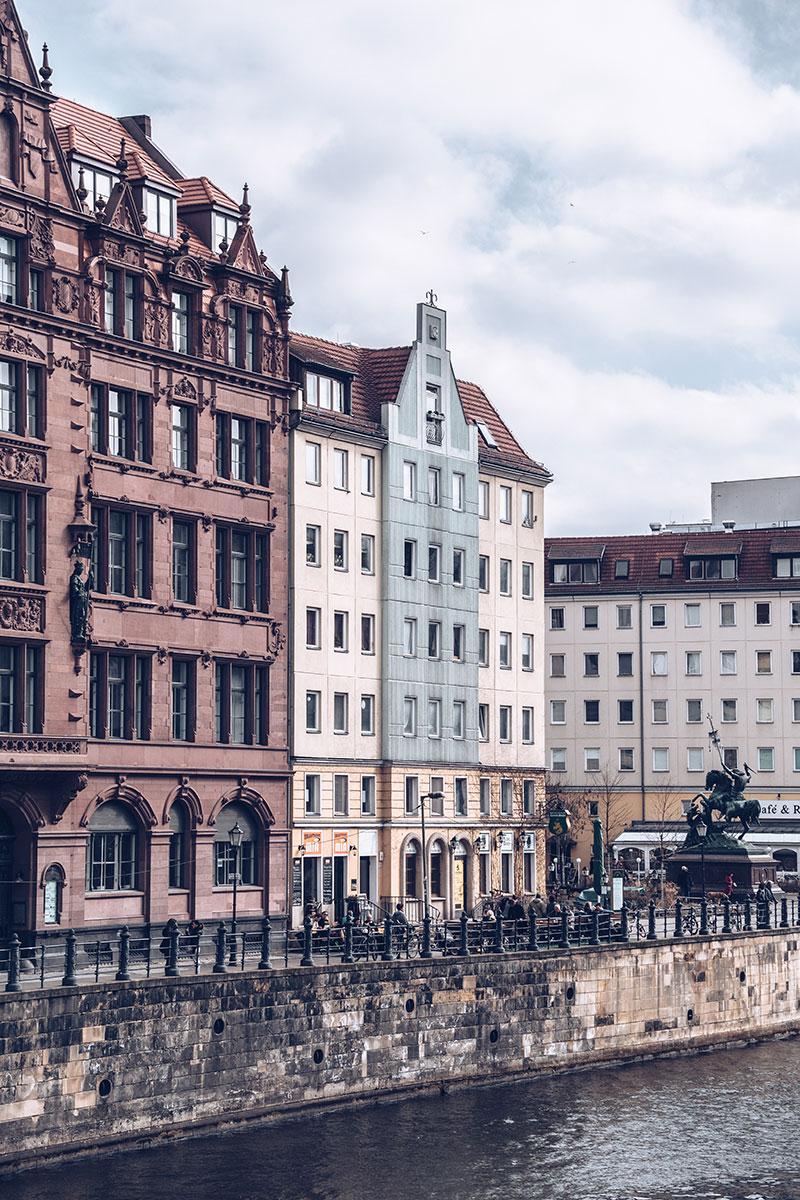 Refuse to hibernate Berlin Nikolaiviertel façade maison