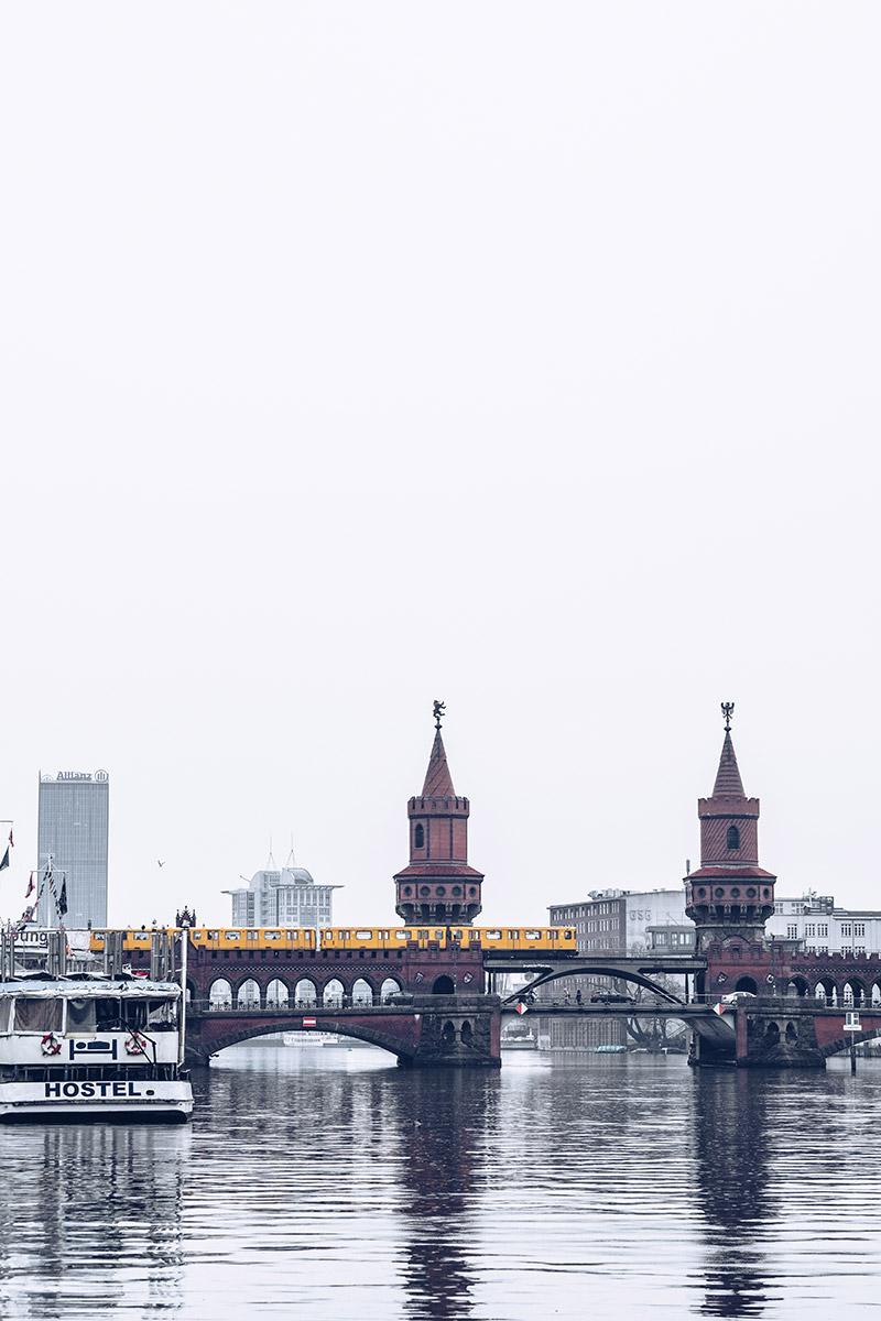 Refuse to hibernate Berlin pont Oberbaumbrucke hostel