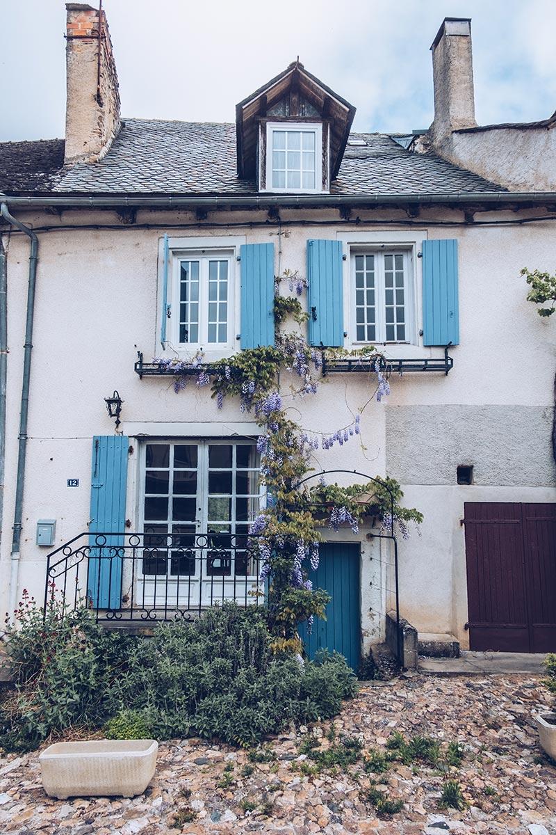 Refuse to hibernate Aveyron Najac maison chat bleue