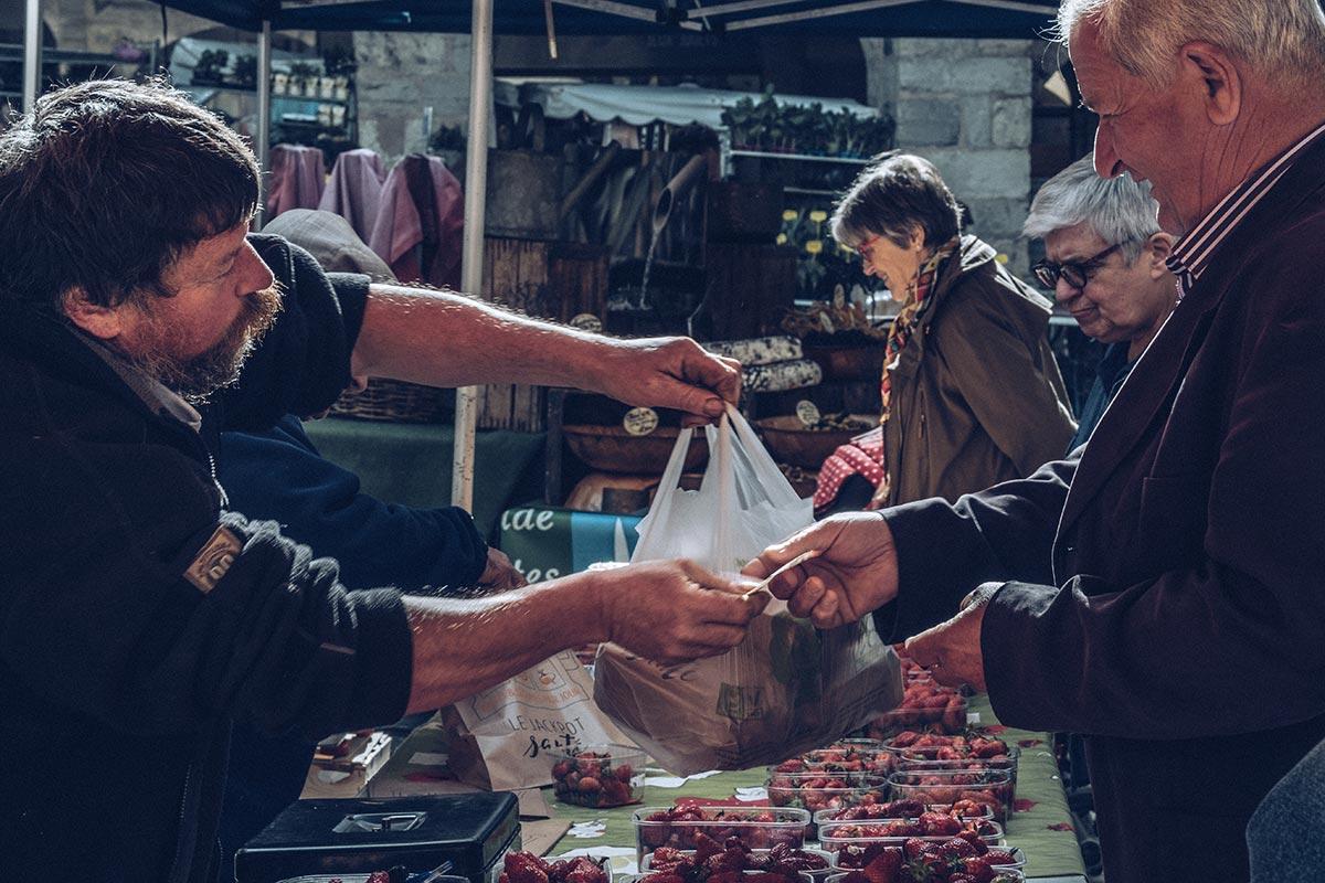 Refuse to hibernate Aveyron Villefranche-de-Rouergue Place du marché marchants