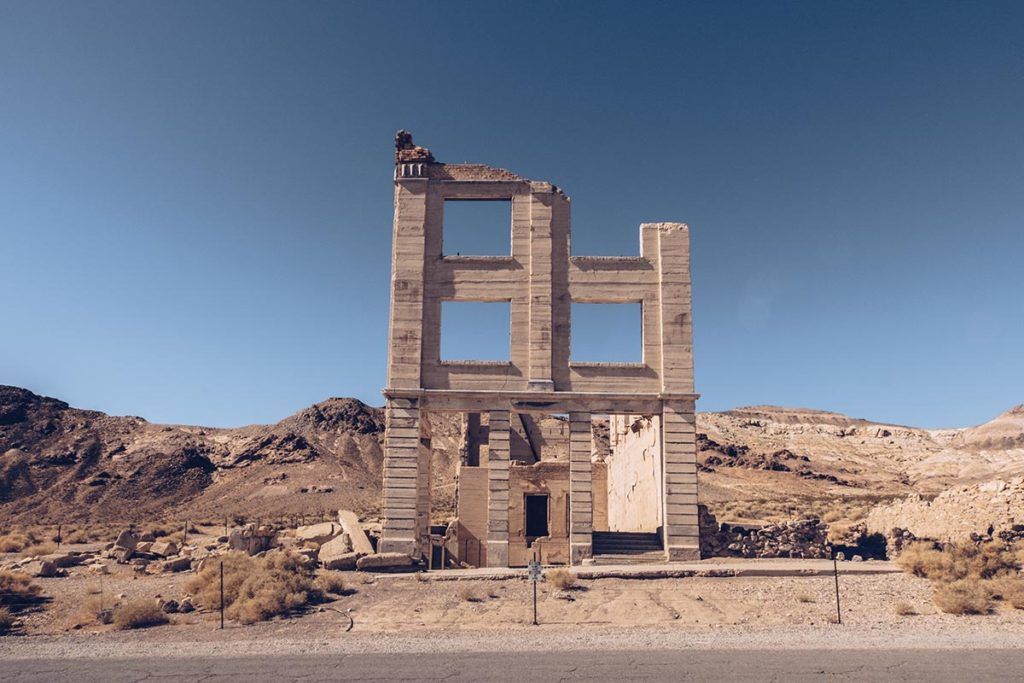 Refuse to hibernate Death Valley rhyolite banque en ruine