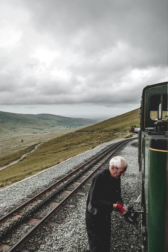 Refuse to hibernate Pays de Galles Snowdon mountains railway conducteur