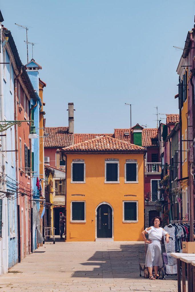 Refuse to hibernate Venise Burano la femme et sa maison jaune