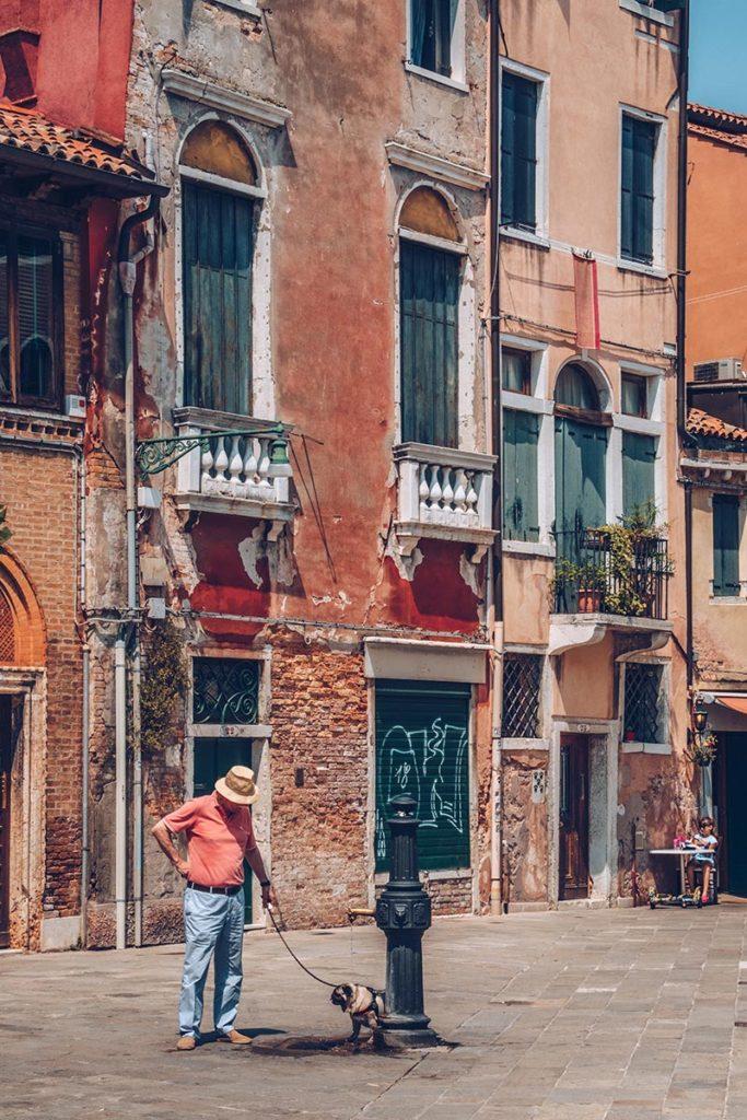Refuse to hibernate Venise Dorsoduro homme et son chien