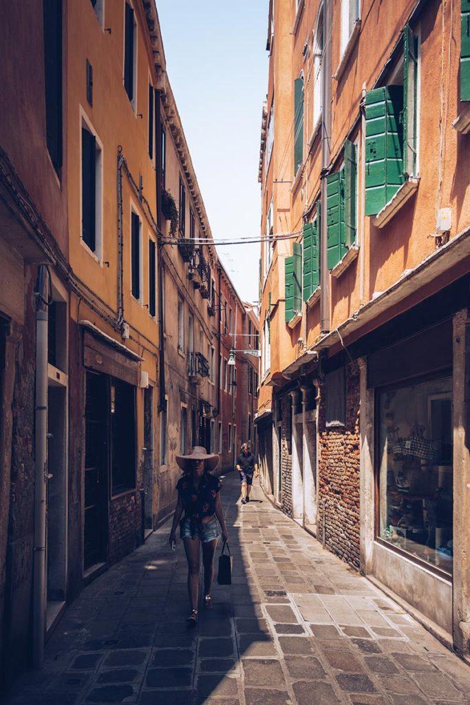 Refuse to hibernate Venise rue la dame au chapeau