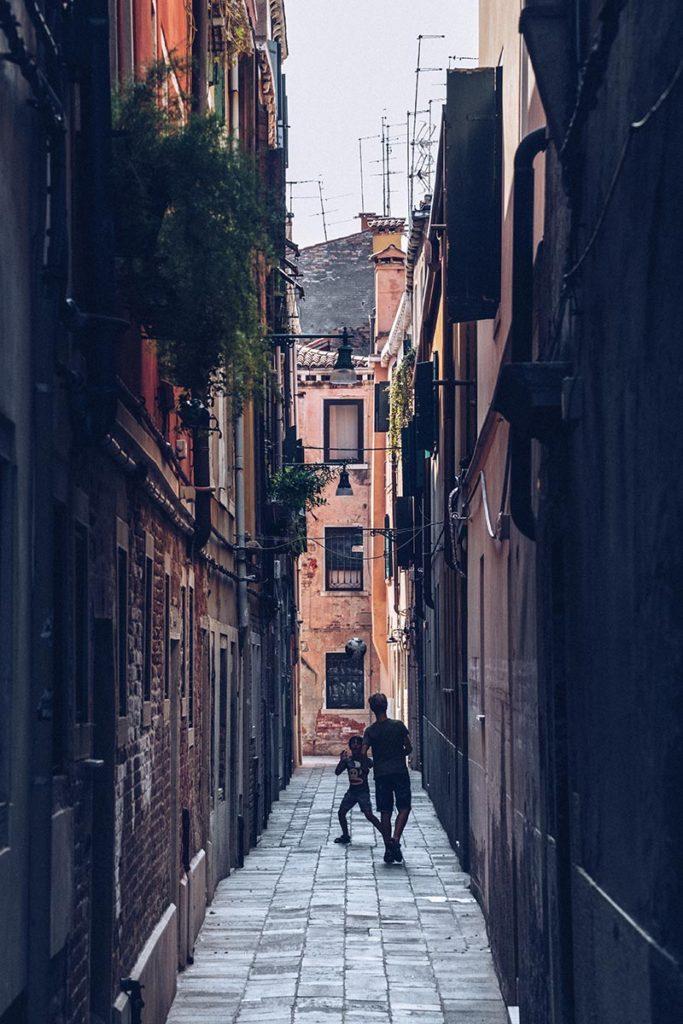 Refuse to hibernate Venise ruelle enfants