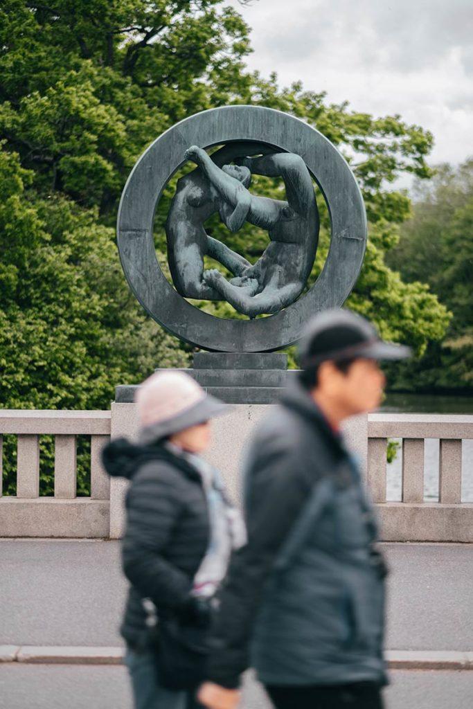 Oslo Vigeland Park statue touriste Refuse to hibernate