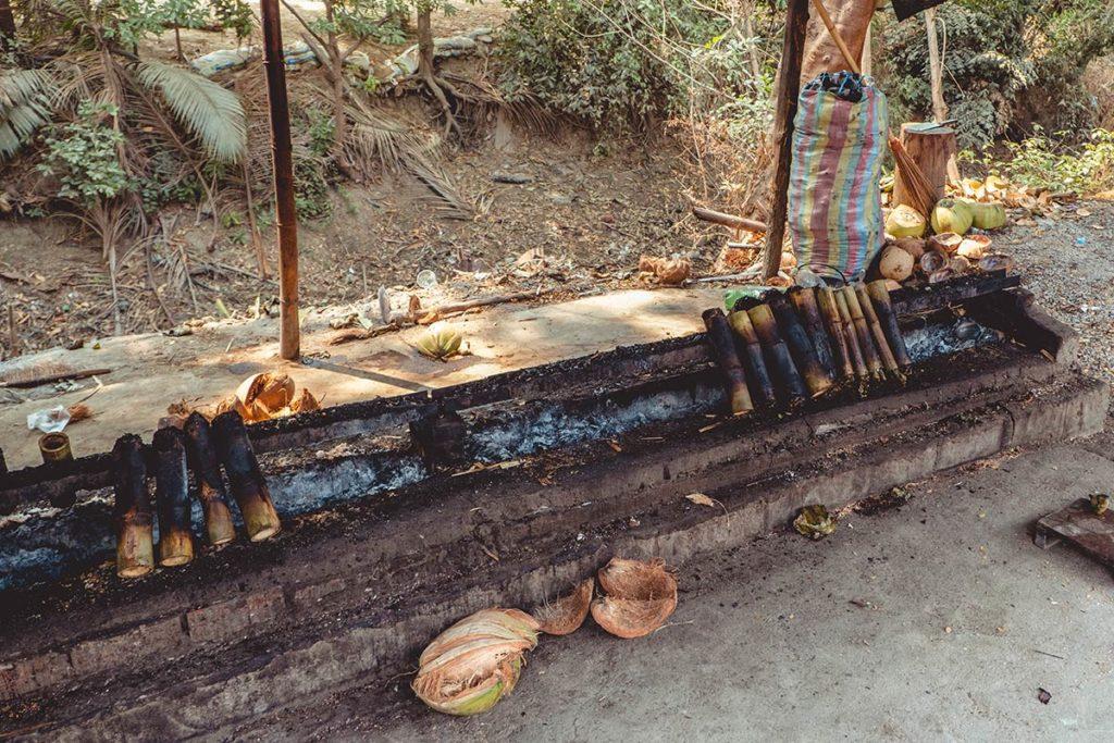 Battambang cuisson sticky rice aux bords de la route Refuse to hibernate