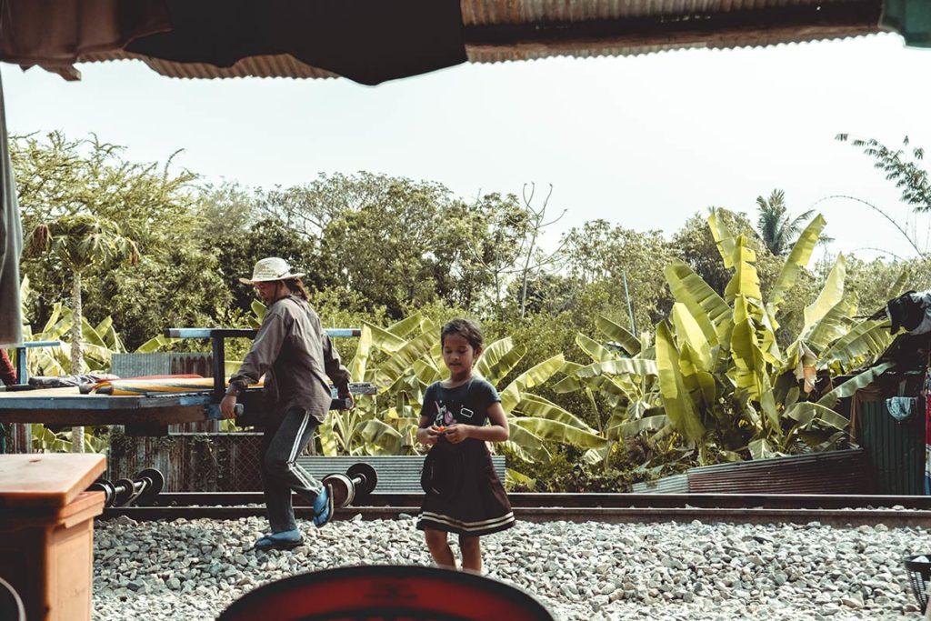 Battambang enfant cambodgien et sa maman train de bamboo Refuse to hibernate