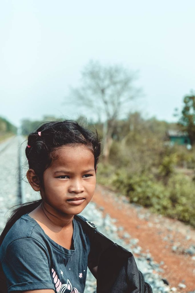 Battambang enfant cambodgien sur le train de bamboo Refuse to hibernate