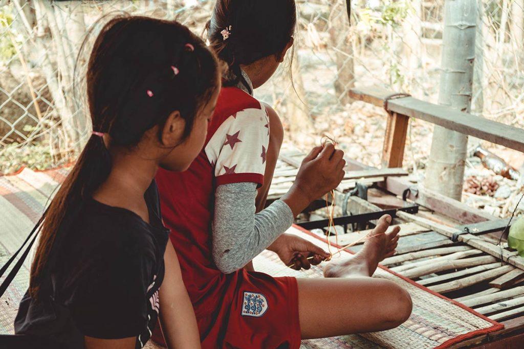 Battambang enfants cambodgiens train de bamboo Refuse to hibernate