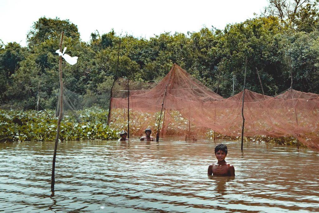 Battambang traversée du Tonlé Sap en bateau cultivateurs Refuse to hibernate