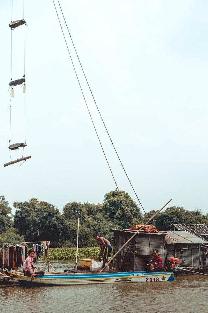 Battambang traversée du Tonlé Sap en bateau pêcheurs refuse to hibernate