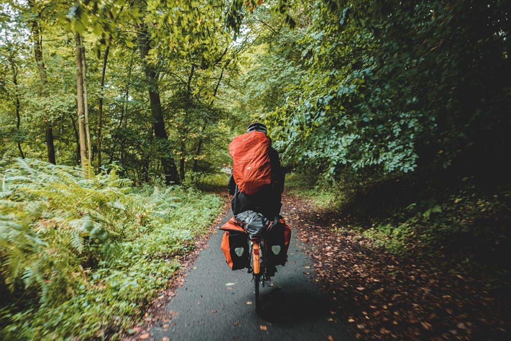 Clara pédale dans la forêt de Compiègne