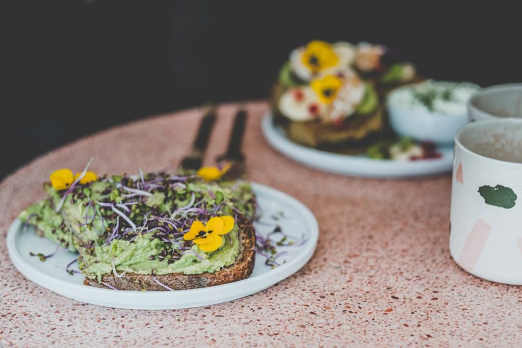 Peonies restaurant brunch tartine avocat Refuse to hibernate