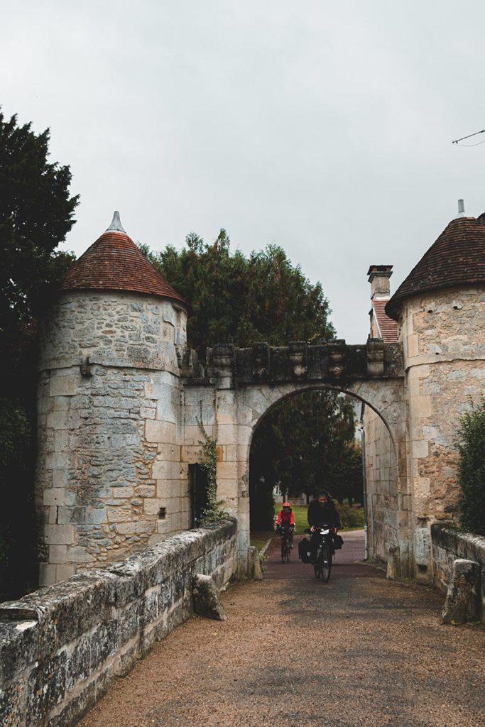 porte entrée abbaye Saint-Jean-aux-Bois vélos