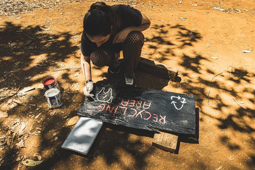 Audrey peint pancarte Mondulkiri Refuse to hibernate