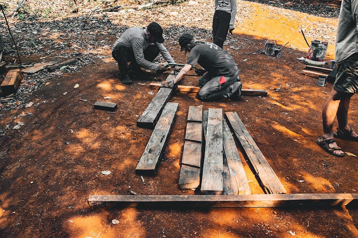 découpe du bois à la scie Mondulkiri Refuse to hibernate