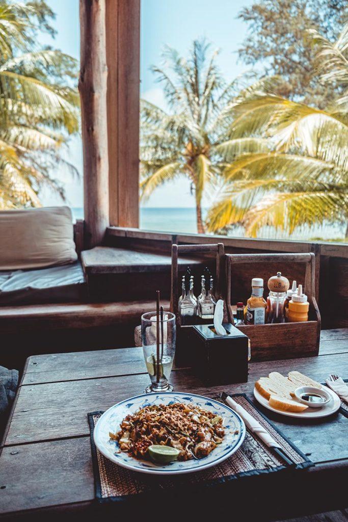 Pad Thaï au Lazy Beach restaurant Koh Rong Samloem Refuse to hibernate