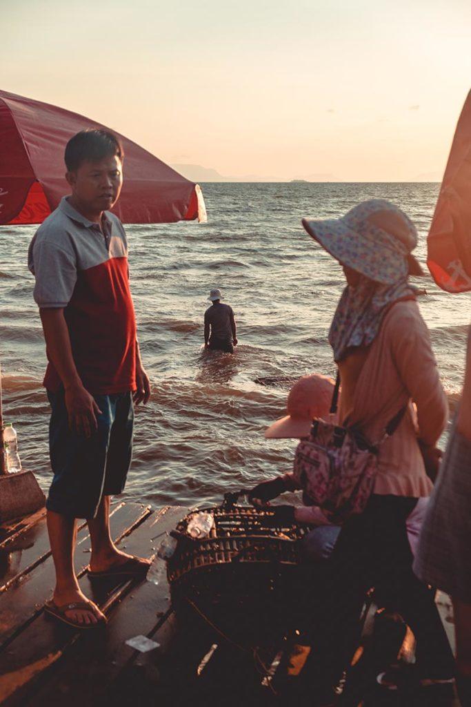pêcheurs du marché aux crabes de Kep Refuse to hibernate