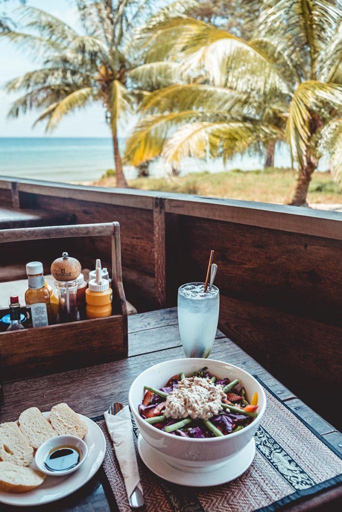 salade au Lazy Beach restaurant Koh Rong Samloem Refuse to hibernate