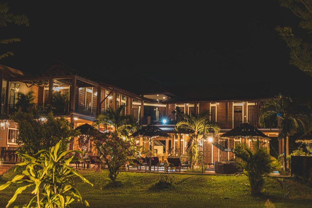 Villa Vedici piscine de nuit Kampot Refuse to hibernate