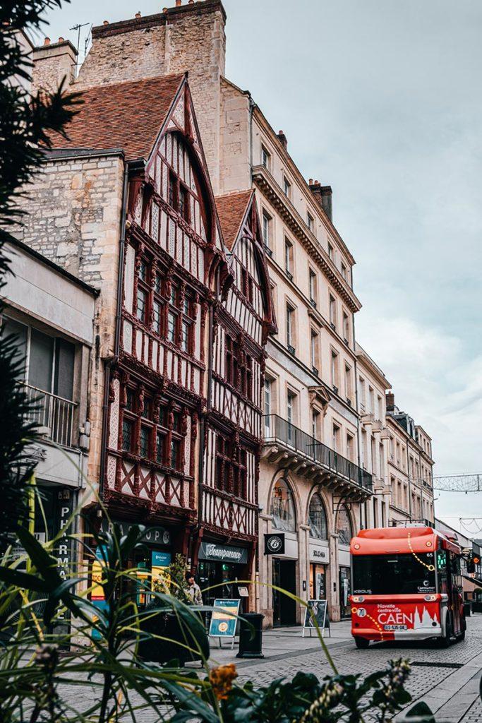 bus devant maison à colombages 16e siècles Caen Refuse to hibernate