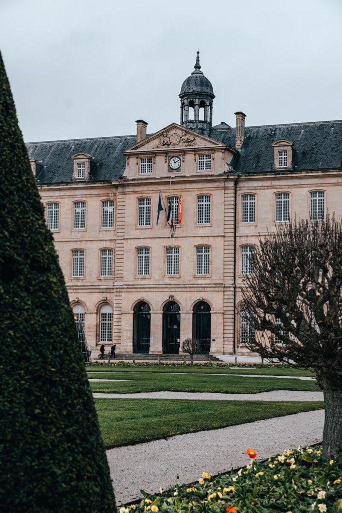 Hôtel-de-ville Caen Refuse to hibernate
