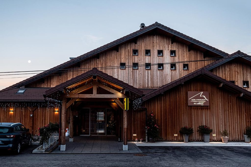 hôtel restaurant de l'Abbaye Grande-Rivière façade Jura Refuse to hibernate