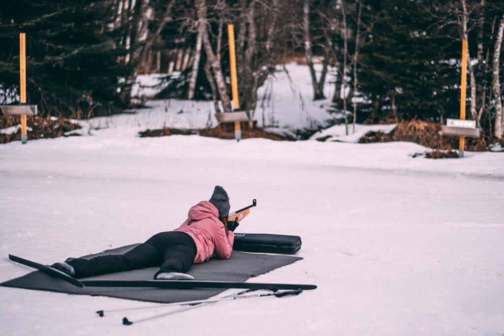 initiation au biathlon tir laser Audrey allongée Alpes du Léman Refuse to hibernate