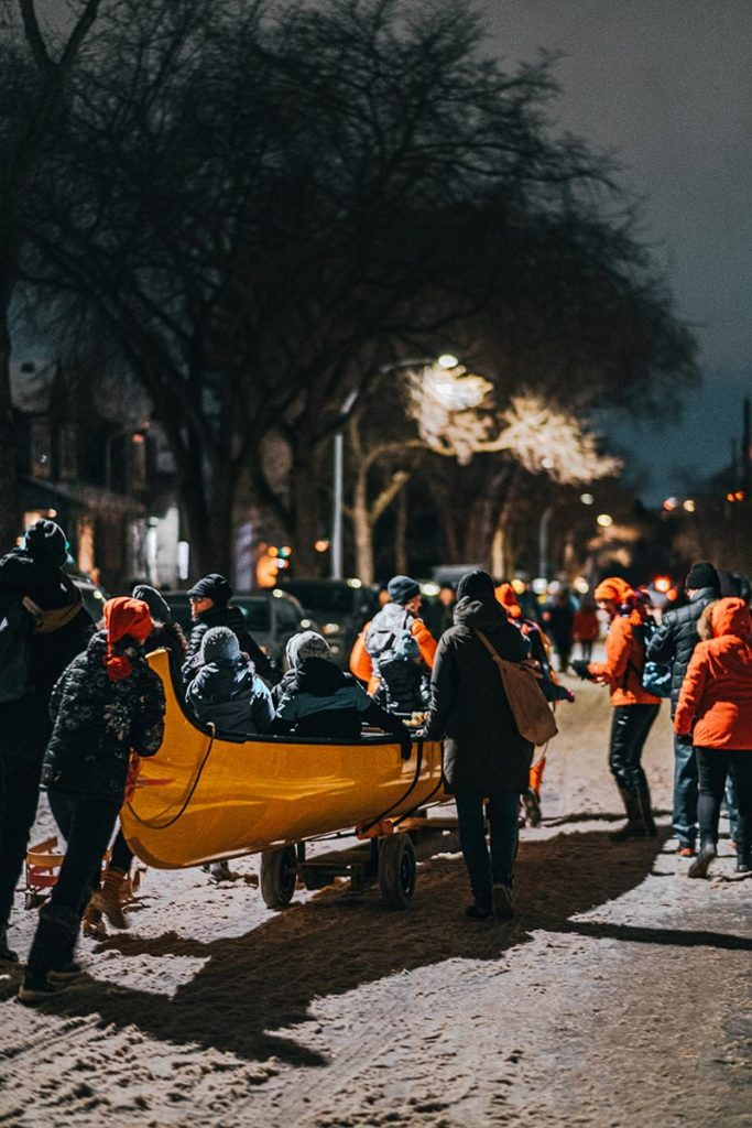 flying canoë volant dans la rue Edmonton Refuse to hibernate