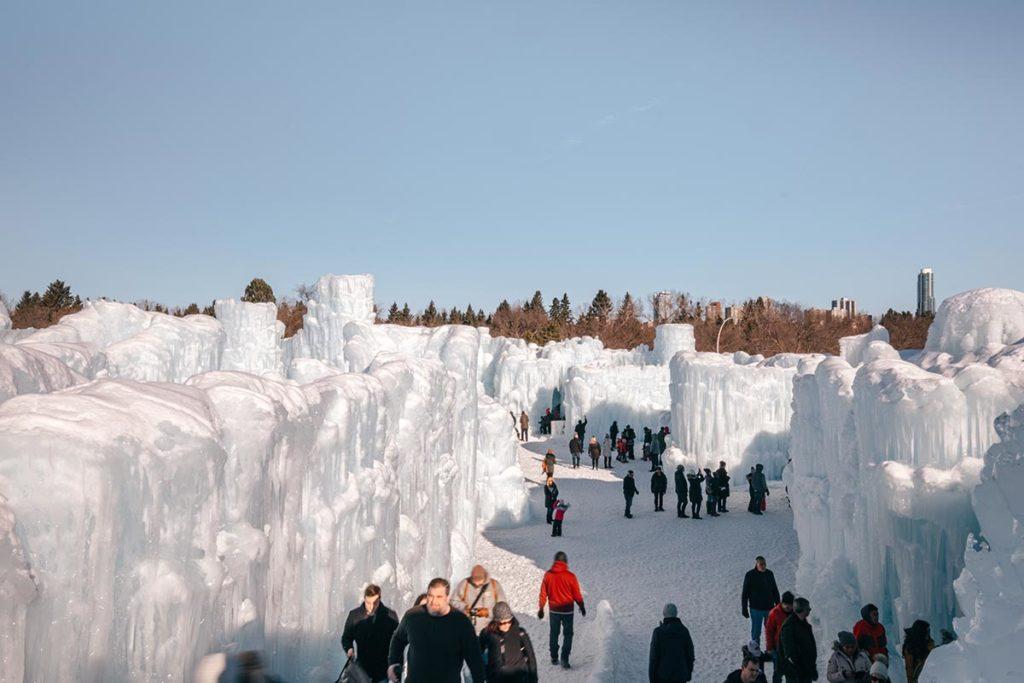 ice castles intérieur de jour Edmonton Refuse to hibernate