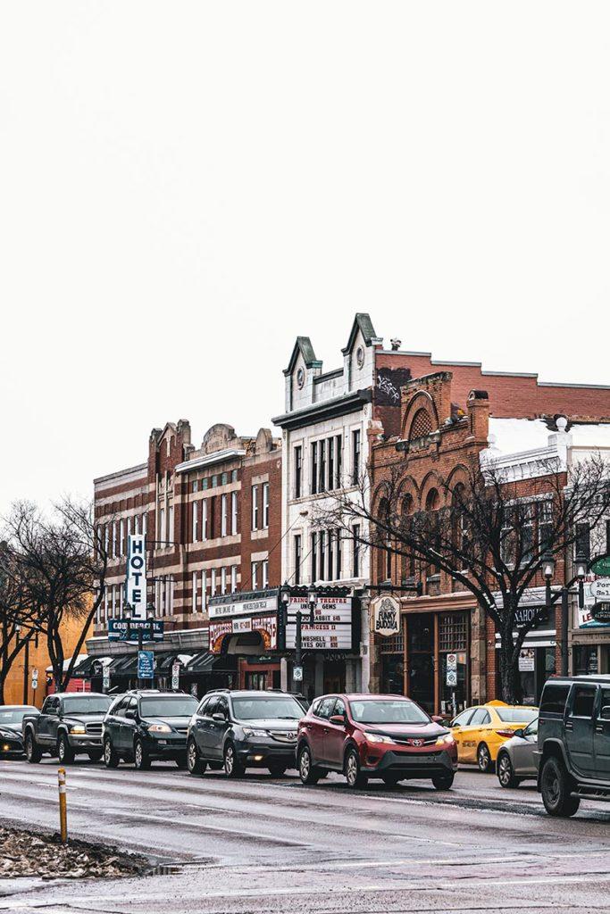 Whyte Avenue de jour Edmonton Refuse to hibernate