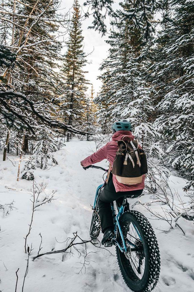 Audrey dans la forêt arbres enneigés Canmore Refuse to hibernate