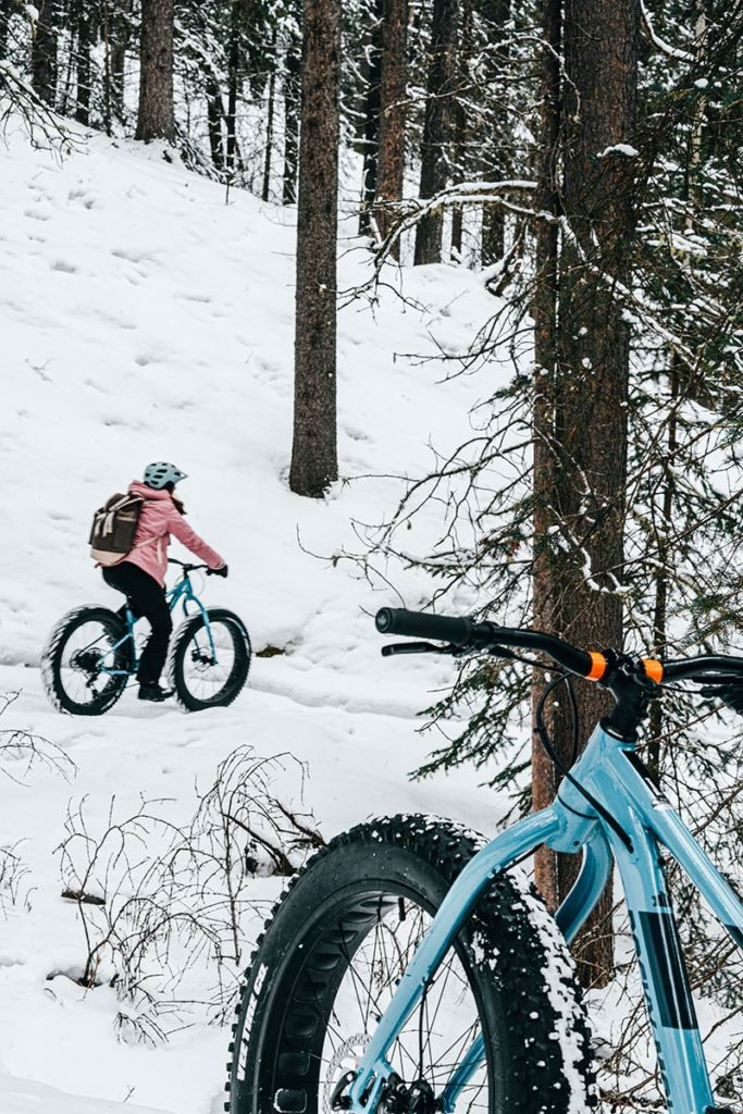 Audrey sentier forêt fatbike Canmore Refuse to hibernate
