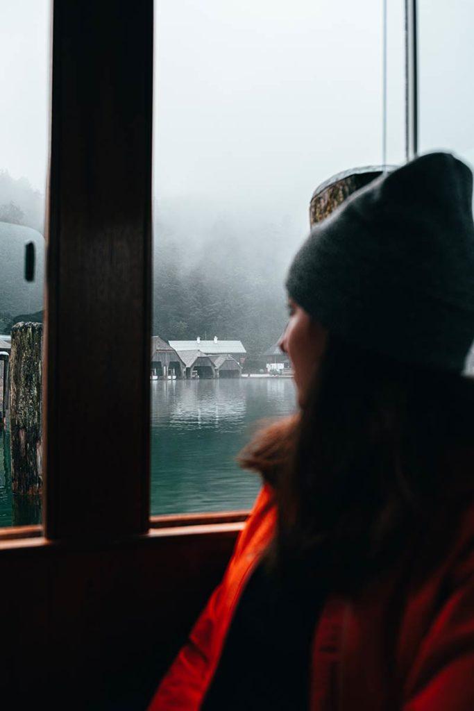 Audrey dans bateau Lac Königssee Bavière Refuse to hibernate